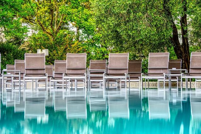 židle u bazénu.jpg