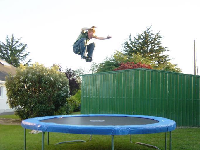kluk na trampolíně